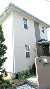 外壁にカビやコケなどが多く見られましたので、外壁塗料にフッ素樹脂系の最上級塗料、フッ素4FⅡを使用しました。屋外の過酷な条件でも紫外線や雨風から建物を守ることが可能で、さらに水性塗料の為臭いや引火性少なく安全性の高いという点も配慮させて頂きました!
