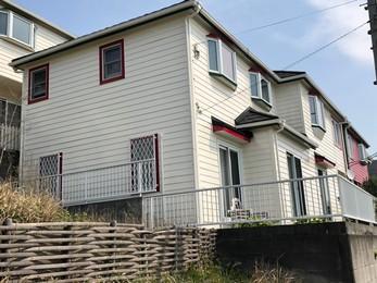 白ベースに赤で窓枠カラーでアクセントが入りおしゃれに仕上がりました。海沿いに合う素敵なお宅になりました。