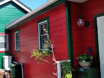 施主様のお好みのカラーはレッド&グリーンで外壁のカラーをマットにすることでハイセンスな仕上がりになりました。施主様のセンスの良さが際立ちます!